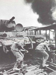 deutsche Soldaten erstürmen einen russischen Bahnhof.