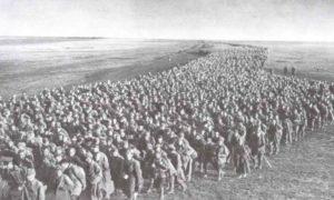 Kolonnen russischer Kriegsgefangener