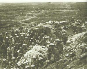 Britische Soldaten und ein Mark I-Panzer
