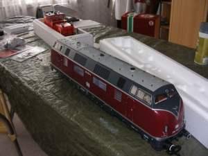 V220-Diesellok und eine Schienenreinigungs-Lok