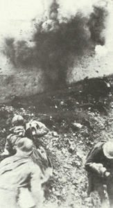 Französische Soldaten bei Verdun unter Feuer