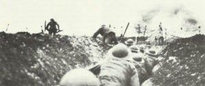 Britische Infanterie geht über den Grabenrand