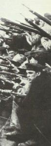 Deutsche Matrosen sind bereit auf Minen zu schießen