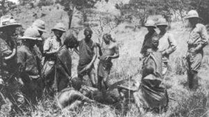 Massai-Krieger in britischen Diensten in Ostafrika trinken Blut