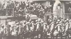Sibirische Truppen gehen an Bord des Torpedokreuzers 'Tashkent'