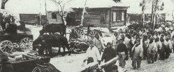 Soldaten der Roten Armee ziehen durch ein zurückerobertes Dorf
