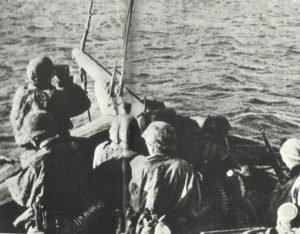 Soldaten der LSAAH beim gewagten Übersetzen nach Patras