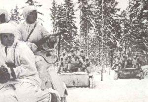 Russische Soldaten auf leichten T-60 Panzern