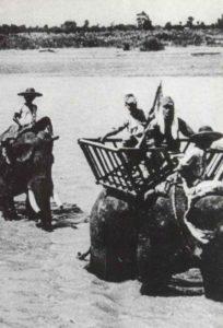 Japanische Soldaten auf Elefanten
