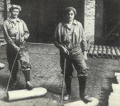 Frauen transportieren Rohlinge für 15-cm-Granaten