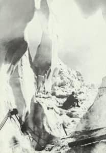 Posten am Ausgang eines Gletscherstollens