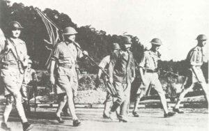 General Percival führt seine Delegation zur Kapitulation ins japanische Hauptquartier