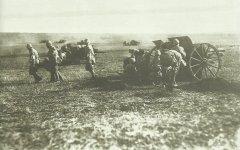 Türkische Geschütze feuern auf die britischen Truppen