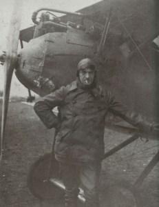 Emil Meinecke steht an seinem Halberstadt-Jäger