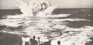 Wasserbombe explodiert hinter dem Heck