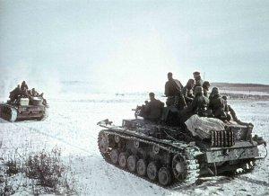 Kolonne deutscher PzKpfw III, dicht besetzt mit Infanteristen