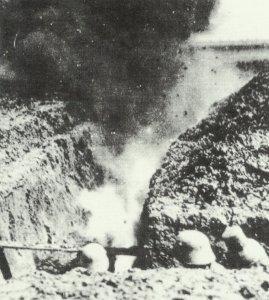 Deutsche Soldaten nehmen im Graben Deckung