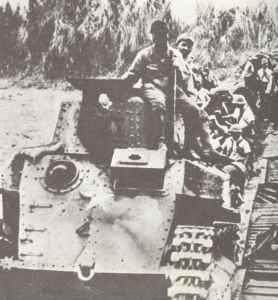 Japanische Panzer überqueren eine provisorische Brücke in Burma.