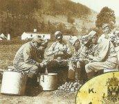 Soldaten schälen Kartoffeln