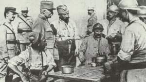 Petain mit beschwerenden Soldaten