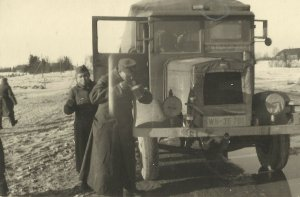 Soldaten der 214. Infanterie-Division mikt LKW