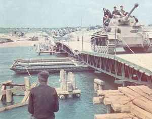 PzKpfw IV überquert Pontonbrücke