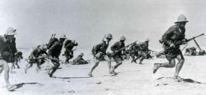 Italienische Infanterie mit dem alten Tropenhelm