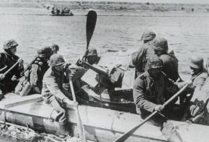 Ponton-Boot mit 3,7-cm-Pak