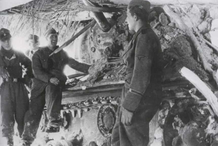 Totenkopf-Soldaten inspizieren einen KW-1