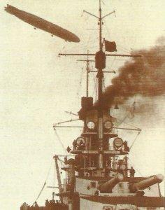 Zeppelin über einem Kaiser-Klassen-Schlachtschiff