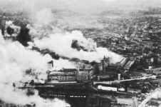 brennende Philips-Werke Eindhoven nach RAF-Tiefflugangriff