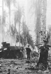 Australische Infanterie rückt mit Stuart-Panzer gegen japanische Stellungen vor.