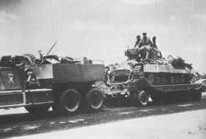 Diamond-T Tank-Transporter mit geladenen Valentine-Infanteriepanzer