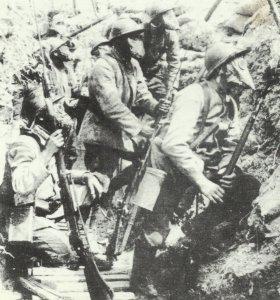 Französische Soldaten erwarten einen Gasangriff