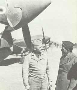 General Arnold (links), Chef der USAAF, im Gespräch mit General Chennault