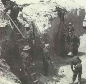 Britische Truppen benutzen Leitern, um die Seitenwände des Wadi Zigzaou zu überwinden