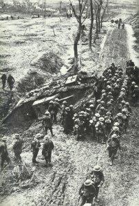 Britische Soldaten sammeln sich bei einem steckengebliebenen Tank