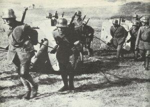 Deutsche Artilleristen ziehen Feldgeschütze