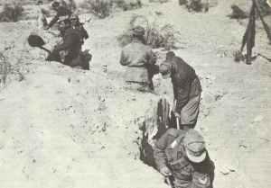 Italienische Soldaten heben Schützengräben aus