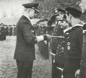 Admiral Dönitz mit Besatzungsmitgliedern eines U-Bootes.