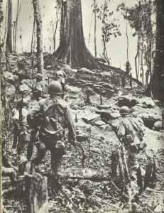 Amerikanische Marinesoldaten säubern eine japanische Stellung