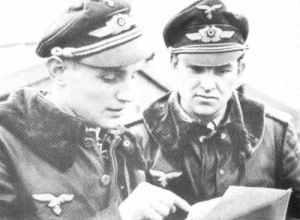 Hauptmann Erich Hartmann (links) und Major Gerhard Barkhorn (rechts)