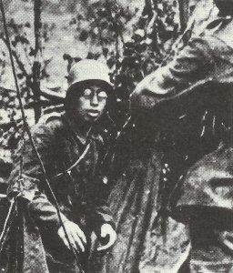 Bebrillter deutscher Soldat ergibt sich