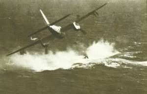 Flugzeug greift ein U-Boot an