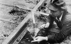 Partisan bereitet die Sprengung eines Schienenstrangs vor