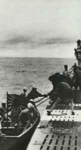 Japanisches Lotsenboot geht bei deutschem U-Boot vor Penang längseits