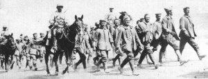 französische Kavallerie mit deutschen Gefangenen
