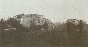 Tank Mk V schleppt andern ab