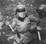 Erkundungstrupps mit Kampfmessern