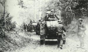 Amerikanische Soldaten mit französischen FT-17-Panzern